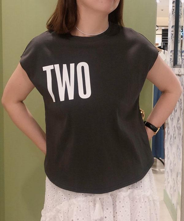 「TWO」ロゴTシャツ